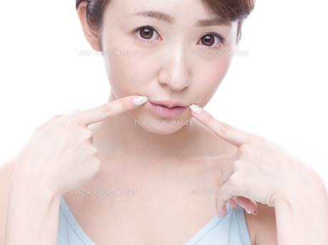 口元を気にする若い女性の写真素材 [FYI00924257]
