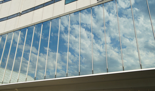 ビルの窓ガラスの写真素材 [FYI00924289]