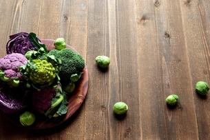紫と緑色の冬野菜 黒木材背景の写真素材 [FYI00924397]