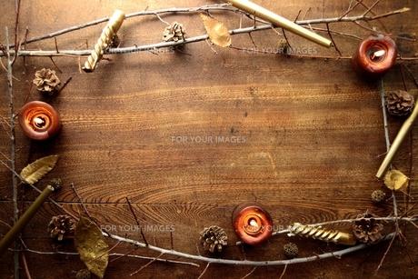 松ぼっくりと枯枝とキャンドルの写真素材 [FYI00924403]