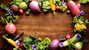 カラフルな根菜とエディブルフラワー 木材背景の写真素材 [FYI00924487]