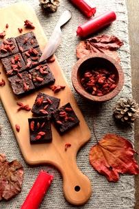 チョコレートブラウニーとクコの実 ニット生地背景の写真素材 [FYI00924503]