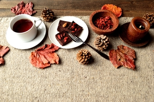 チョコレートブラウニーとクコの実と紅茶 ニット生地背景の写真素材 [FYI00924511]