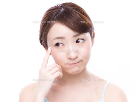 こめかみを指差す若い女性の写真素材 [FYI00924582]