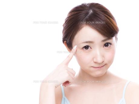 こめかみを指差す若い女性の写真素材 [FYI00924584]