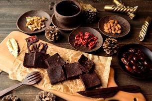 チョコレートブラウニーとナッツ類の写真素材 [FYI00924596]
