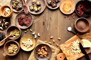 チョコレート材料とナッツ類の写真素材 [FYI00924612]