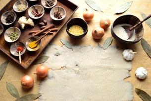錆びたトレーに盛ったスパイスとインド料理の食材の写真素材 [FYI00924627]