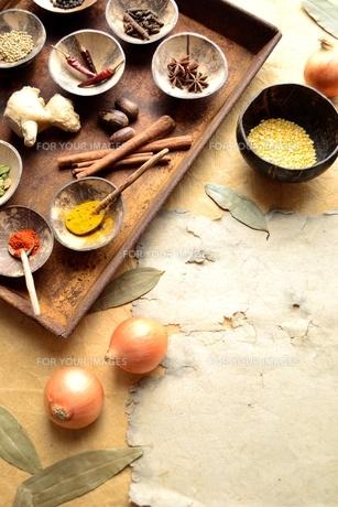 錆びたトレーに盛ったスパイスとインド料理の食材の写真素材 [FYI00924628]