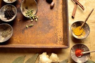 錆びたトレーとインド料理の食材の写真素材 [FYI00924631]