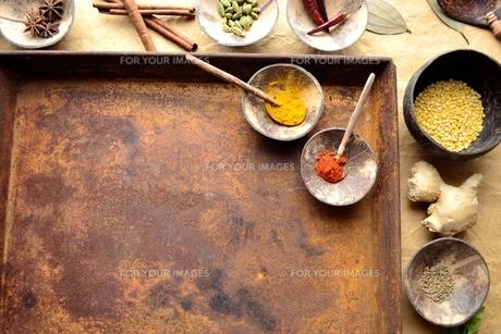 錆びたトレーとインド料理の食材の写真素材 [FYI00924638]