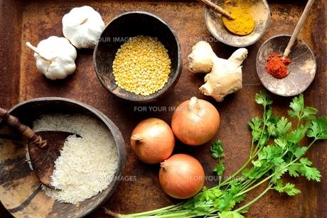錆びたトレーに盛ったインド料理の食材の写真素材 [FYI00924640]