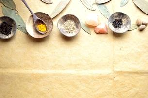 小皿に盛ったスパイス インド料理の食材の写真素材 [FYI00924644]