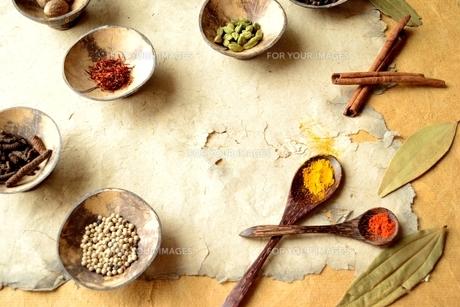 小皿に盛ったスパイス インド料理の食材の写真素材 [FYI00924654]