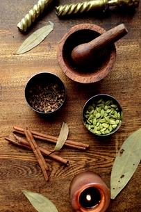 スパイスとすり鉢 インド料理の食材の写真素材 [FYI00924659]