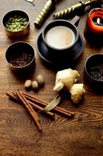 一杯のチャイとスパイス インド料理の食材の写真素材 [FYI00924661]