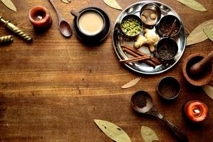 一杯のチャイとスパイス インド料理の食材の写真素材 [FYI00924662]