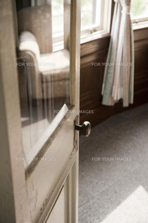 白いドアとドアノブの素材 [FYI00925460]