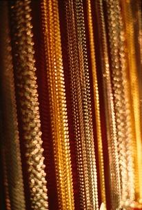 規則的に並ぶ金属の装飾の素材 [FYI00926025]