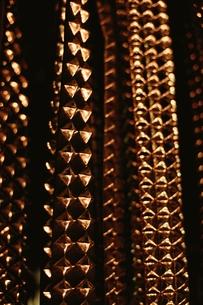 規則的に並ぶ金属の装飾の素材 [FYI00926079]