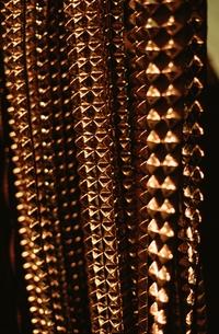 規則的に並ぶ金属の装飾の素材 [FYI00926157]