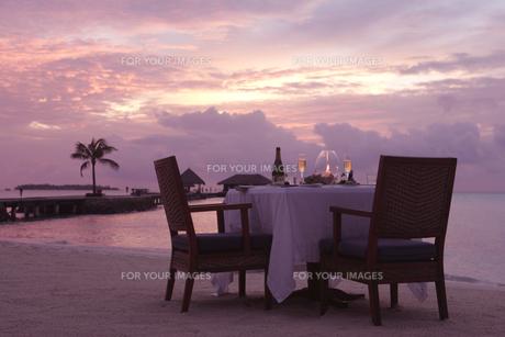 夕焼けのビーチでビーチディナーの素材 [FYI00932667]