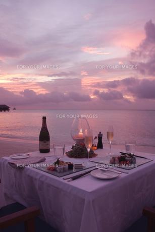 夕焼けのビーチでディナーの素材 [FYI00932677]