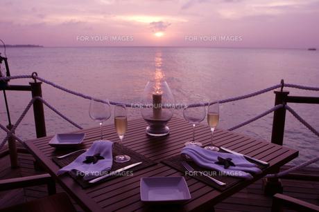 夕日を眺めながらディナーの素材 [FYI00932726]