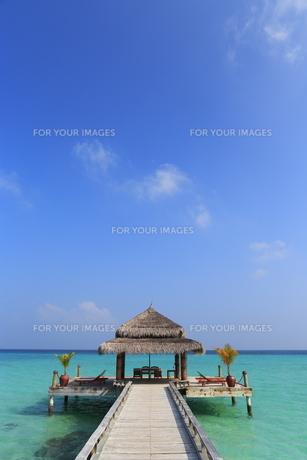 モルディブの桟橋とコテージの素材 [FYI00933395]