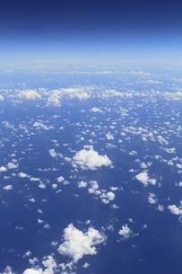 上空から見た高積雲(ひつじ雲)と海の素材 [FYI00934093]