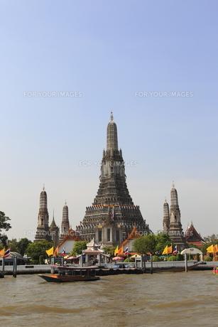 バンコクのチャオプラヤー川とワット・アルン(暁の寺)の仏塔の素材 [FYI00934165]