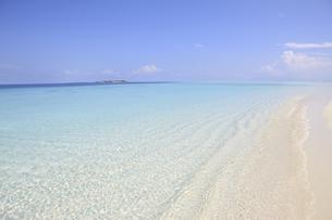モルディブの青空とどこまでも続く白い砂浜の素材 [FYI00934220]