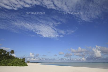 モルディブの青空と白い砂浜の素材 [FYI00934221]