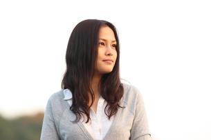 遠くを見つめる若い日本人女性の素材 [FYI00934352]