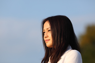 遠くを見つめる若い日本人女性の素材 [FYI00934389]