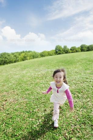 草原を走る女の子の素材 [FYI00934633]