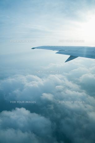 飛行機の羽と太陽の素材 [FYI00934667]