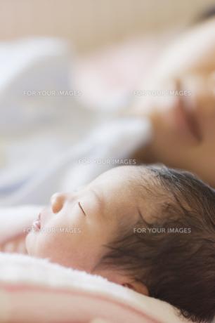 眠る新生児と見守る母親の素材 [FYI00934705]