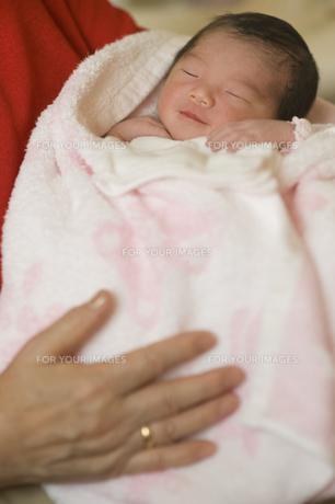 祖母に抱かれる新生児の素材 [FYI00934711]