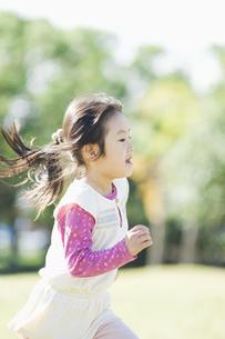 公園で走る女の子の素材 [FYI00934718]