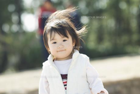 微笑む女の子の素材 [FYI00934738]