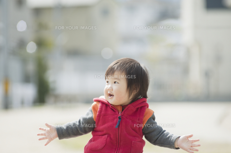 両手を広げて笑う男の子の素材 [FYI00934741]