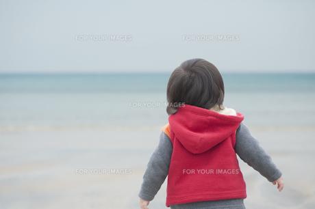 海辺を歩く男の子の素材 [FYI00934744]
