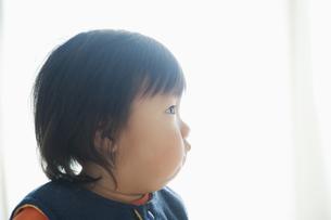 見上げる赤ちゃんの横顔の素材 [FYI00934749]