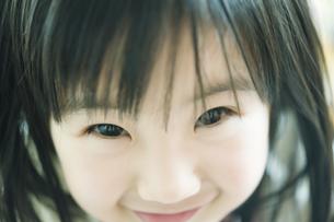 微笑む女の子の顔のアップの素材 [FYI00934753]