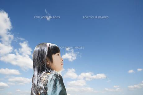 青空を見上げる女の子の素材 [FYI00934754]