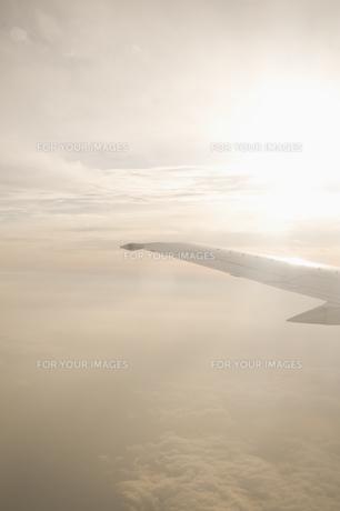 飛行機の羽と太陽の素材 [FYI00934755]