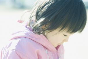 うつむく女の子の素材 [FYI00934787]