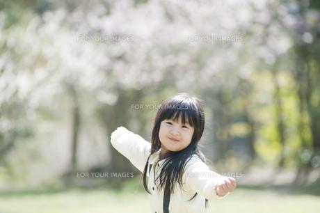微笑む女の子の素材 [FYI00934795]