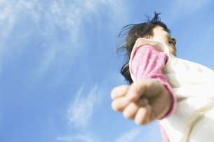 青空の中で走る女の子の素材 [FYI00934812]